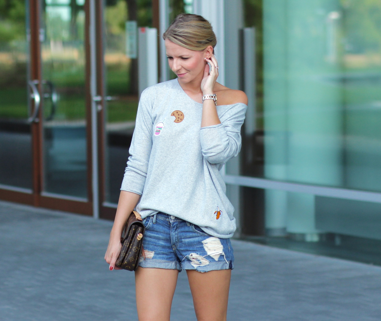 End of Summer mit Patches und Jeansshorts Outfit Fashion Patches Lifestyle Herbst Fall Autumn Jennifer Stadt.Land.Stil Zwillingsherz Adidas Sneakers StanSmith LouisVuitton LV Métis LVOE Shorts Denim