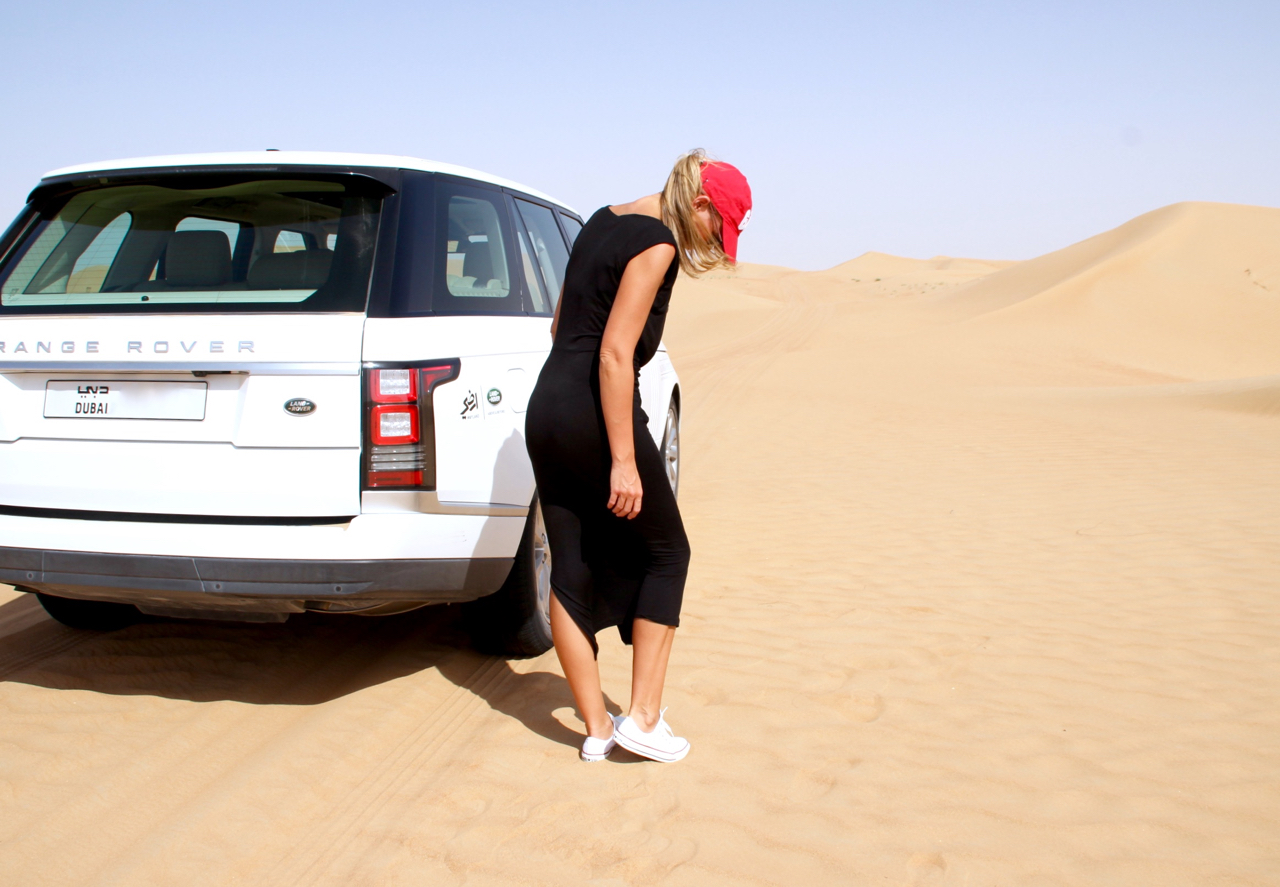 BLACK AND WHITE AND A LOT OF SAND Wüste Outfit Fashion Desert Lifestyle HundM H&M Jennifer PlatinumHeritage Kleid Dress Cucks Converse RangeRover LandRover GAP Basecap