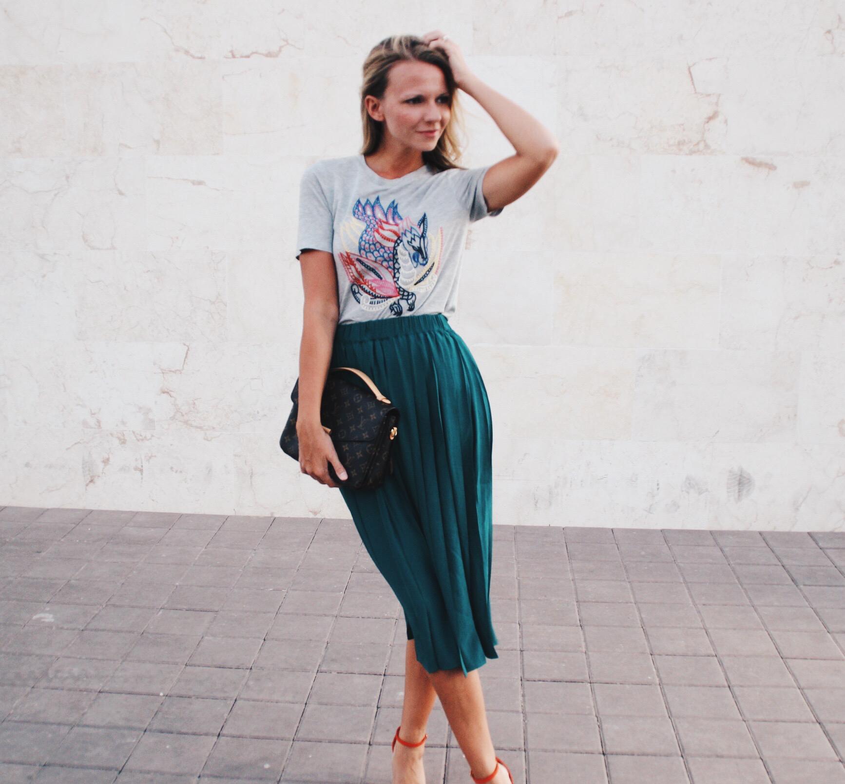 Dark Green Midi Skirt Fashion Mode Outfit Dubai Sandalen Rock T-Shirt H&M next Jennifer PepperAndGold UAE Lifestyle LouisVuitton LV Metis