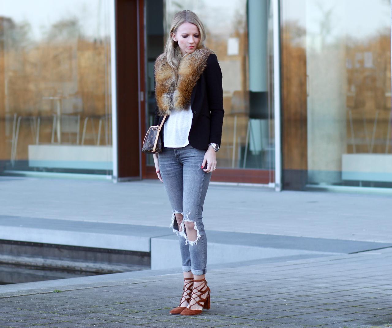 Herbstoutfit in Schwarz und Camel mit Vintage Pelz Fur Fashion Lifestyle Outfit Jennifer Zara Prego Cos H&M Munichblogger München Herbst Fall Autumn Jennifer PepperAndGold RippedJeans Jeans Casual Denim