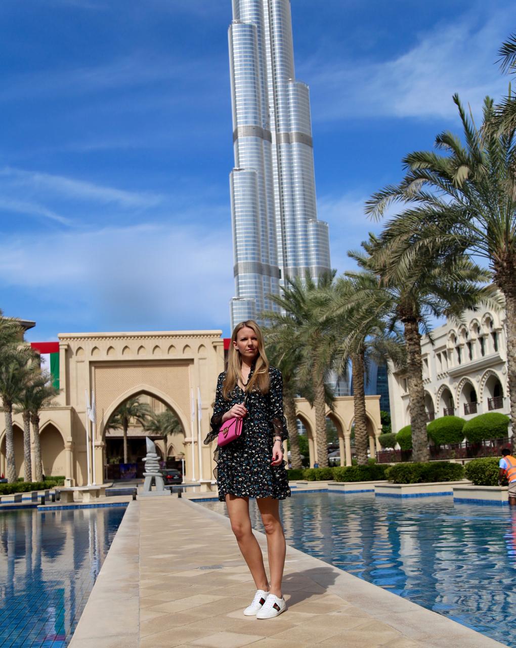 Dubai Herbstoutfit mit Gucci Accessoires und Kleid mit Blumenprint Zara Fashion Outfit Herbst Jenni PepperAndGold Sneakes Heels HighHeels Palace Downtown Hotel BurjKhalifa AtTheTop JettyLoung Bussola TheWestin