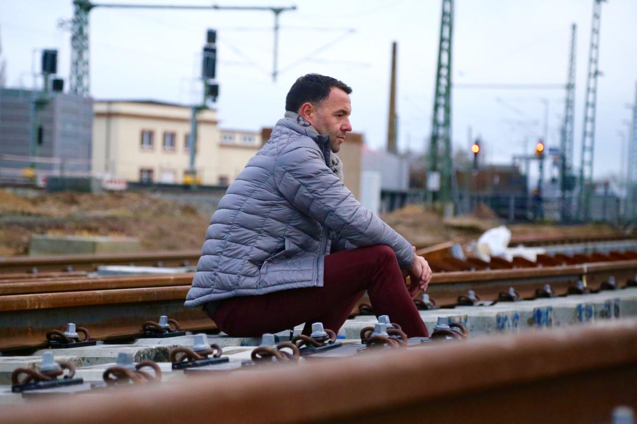 Grau und Denim an kalten Tagen Dirk Fashion Outfit Mode Style Daunenjacke Chinos LouisVuitton LV LVOE Zara TomTailor LookBook PepperAndGold