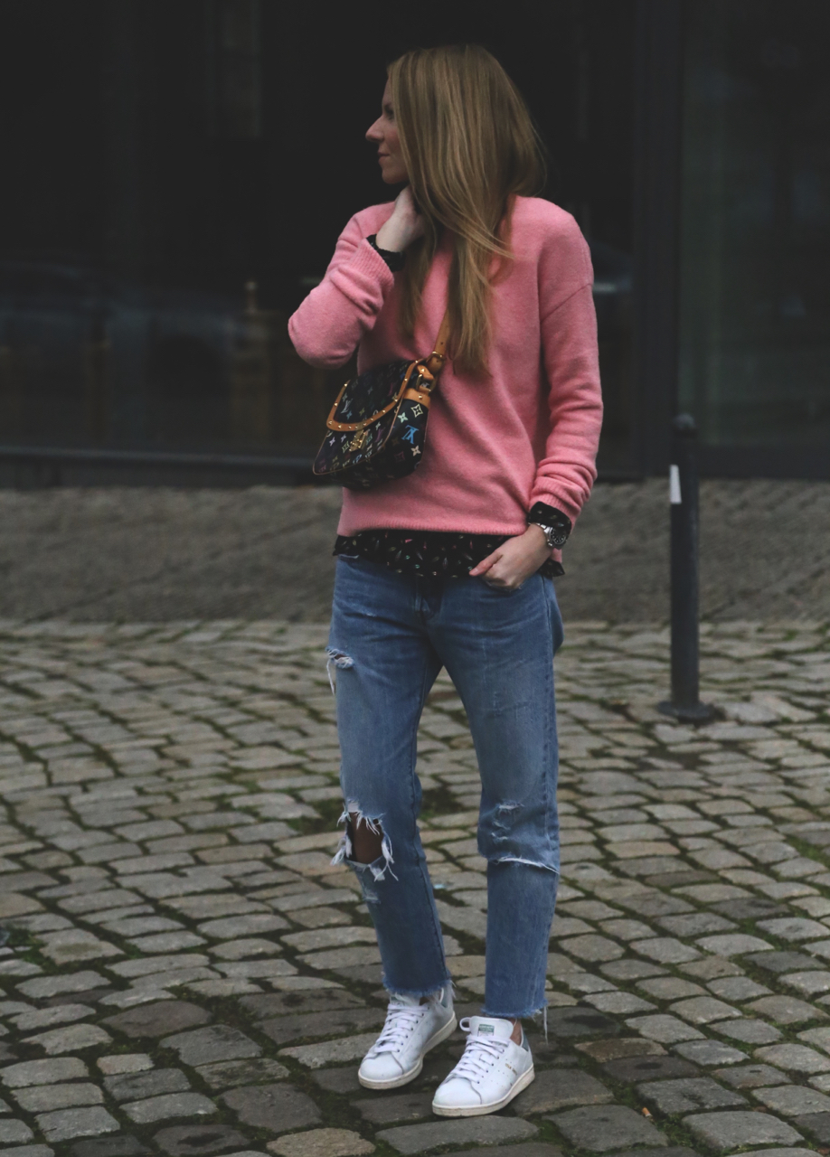 Januar Outfit mit rosa Strick und Levis und Vorsätze für 2017 Jennifer PepperAndGold Outfit Fashion Outlook NewYear Mode Hallhuber Jeans Denim LouisVuitton LV LVOE Adidas Sneaker StanSmith