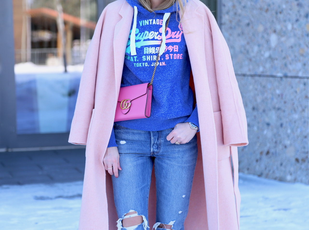 Sweater, Oversize Mantel und Rosa Sneaker Fashion Mode Outfit PepperAndGold Jennifer Winter Rosa SuperDry Superga Sneakers ClubMonaco Levis Gucci