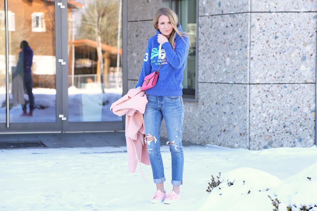 Sweater, Oversize Mantel und Rosa Sneaker Fashion Mode Outfit PepperAndGold Jennifer Winter Rosa SuperDry Superga Sneakers ClubMonaco Levis Gucci