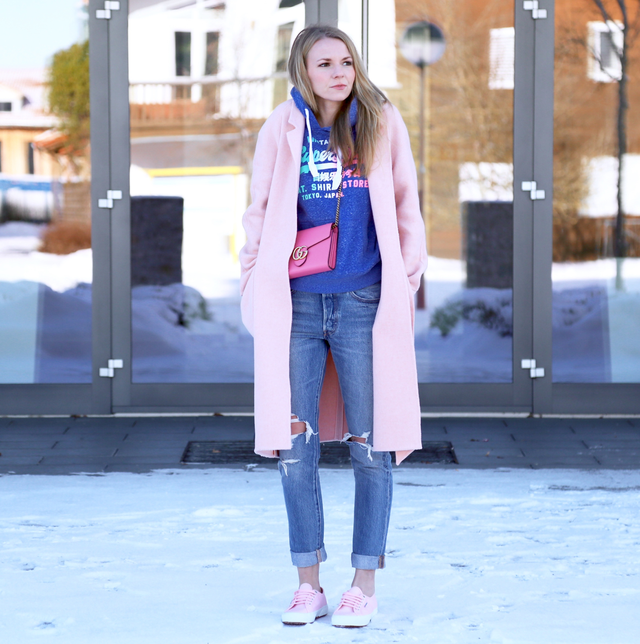 Sweater Oversize Mantel und Rosa Sneaker - PEPPER AND GOLD