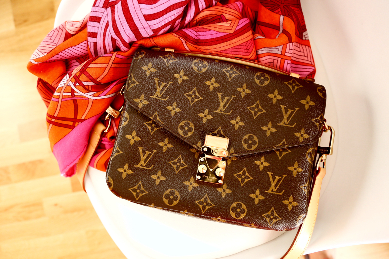 90dcd948be831 Louis Vuitton Pochette Métis Review Jennifer PepperAndGold Testbericht  Review Taschen Bags LVOE LV Vuitton WhatsInMyBag Lifestyle