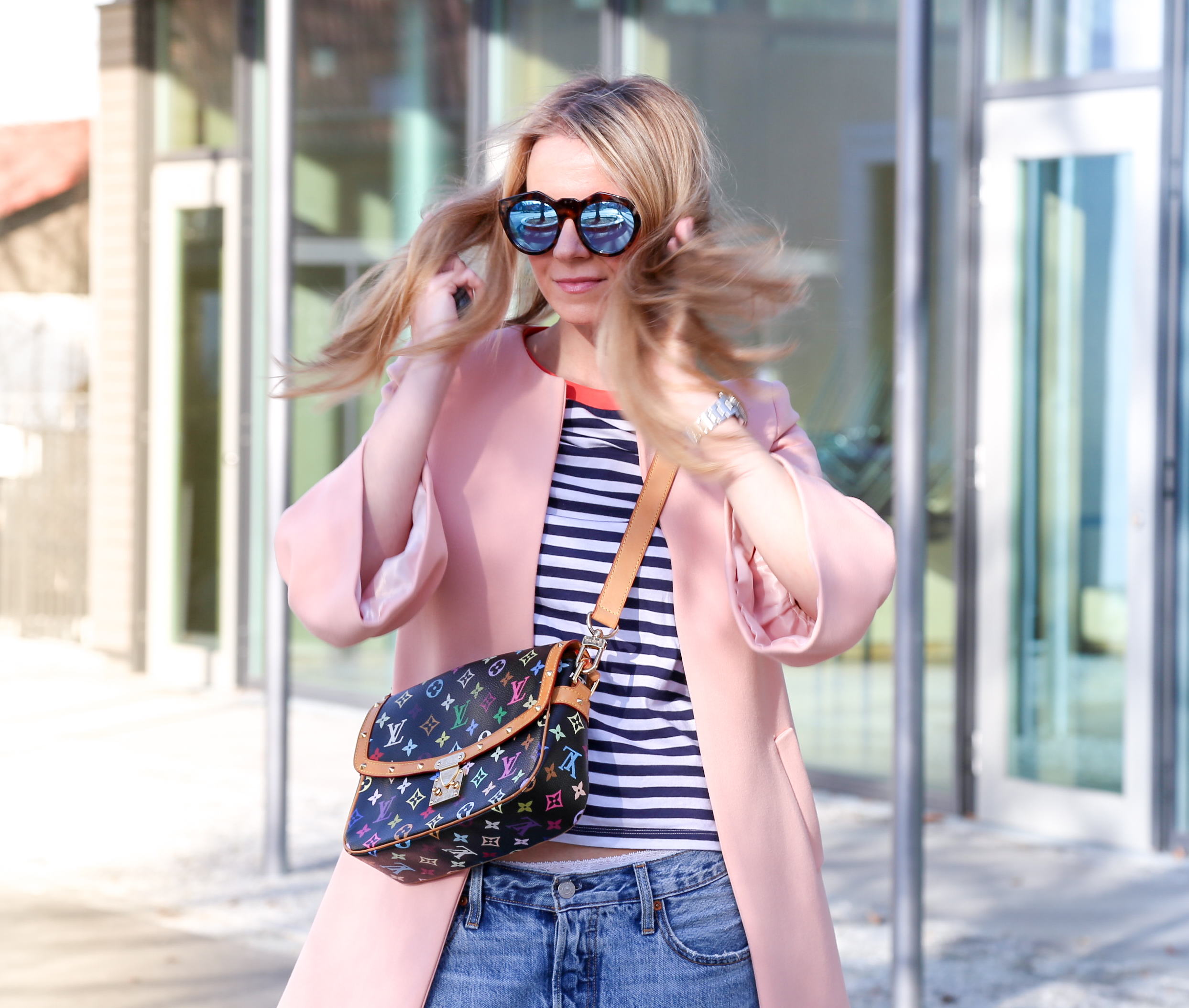 Frühlingsoutfit in Rosa mit Denim und Streifenshirt Jeans Denim Brille LeSpecs LouisVuitton Jennifer PepperAndGold LV LVOE Taschen Bags Fashion Mode Chucks Converse Outfit Frühling