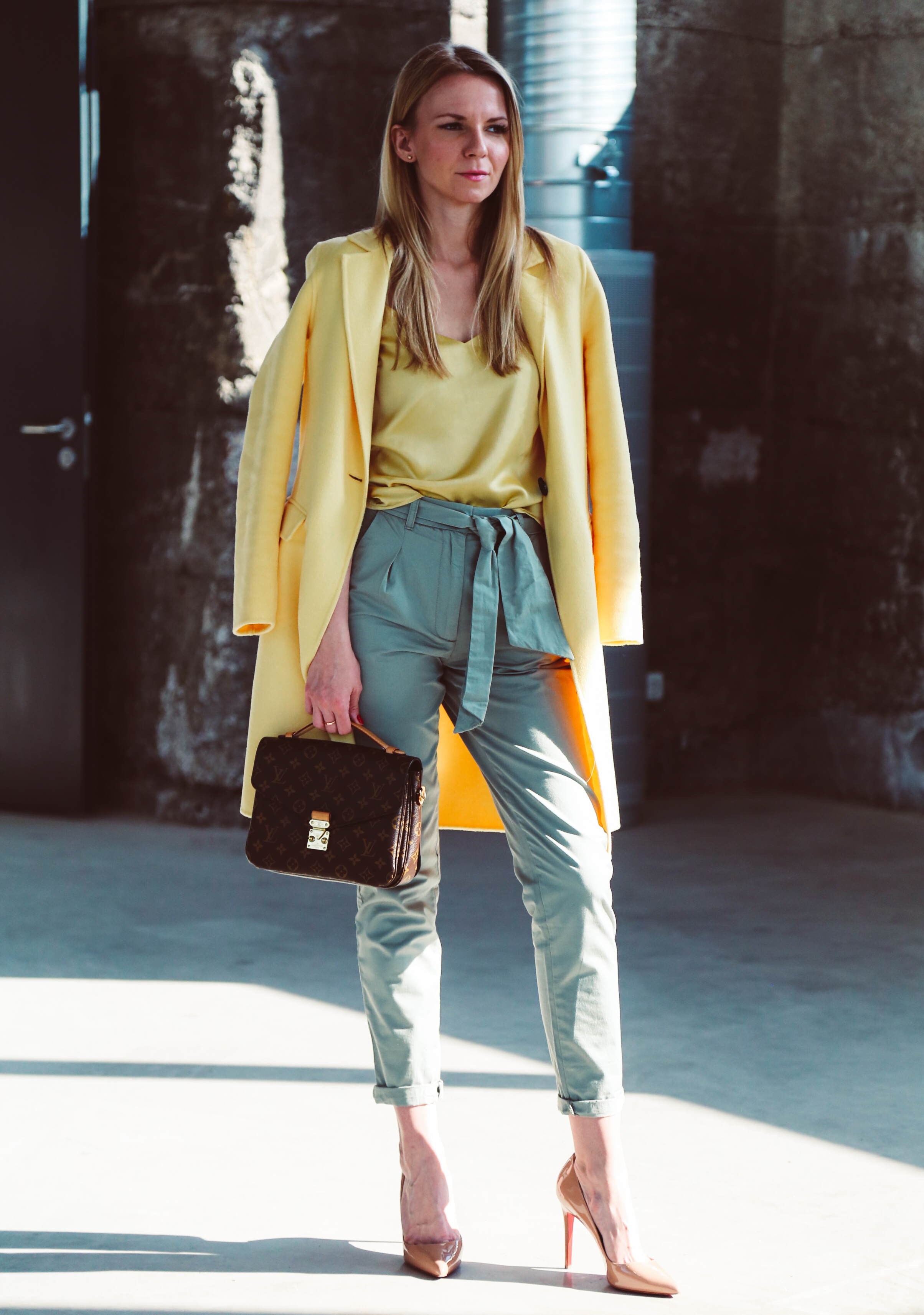 Outfit: High Waist Chino, Silk Top and Yellow Coat Jennifer Loubotin HighHeels Fashion Outfit Edited Zara LouisVuitton LVOE LV Metis EditedTheLable München Munich