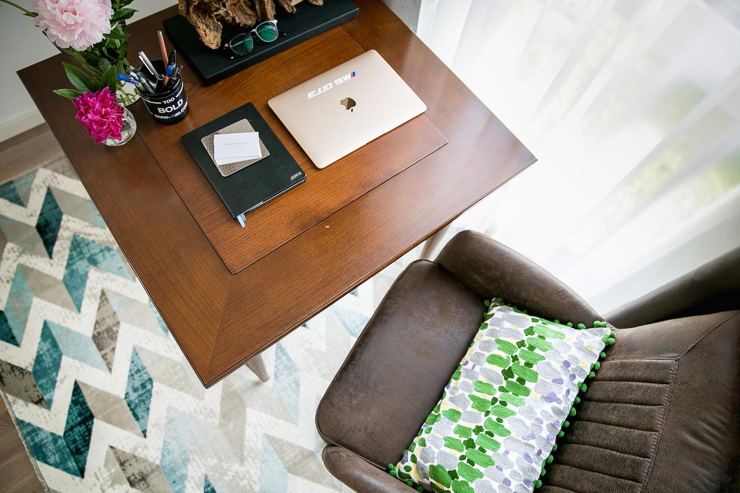 Den Arbeitsplatz harmonisch ins Wohnzimmer integrieren Wohnen Zuhause Gestaltung Einrichtung RiessAmbiente Blogger PepperAndGold Alcantara Annick Goutal Diptique