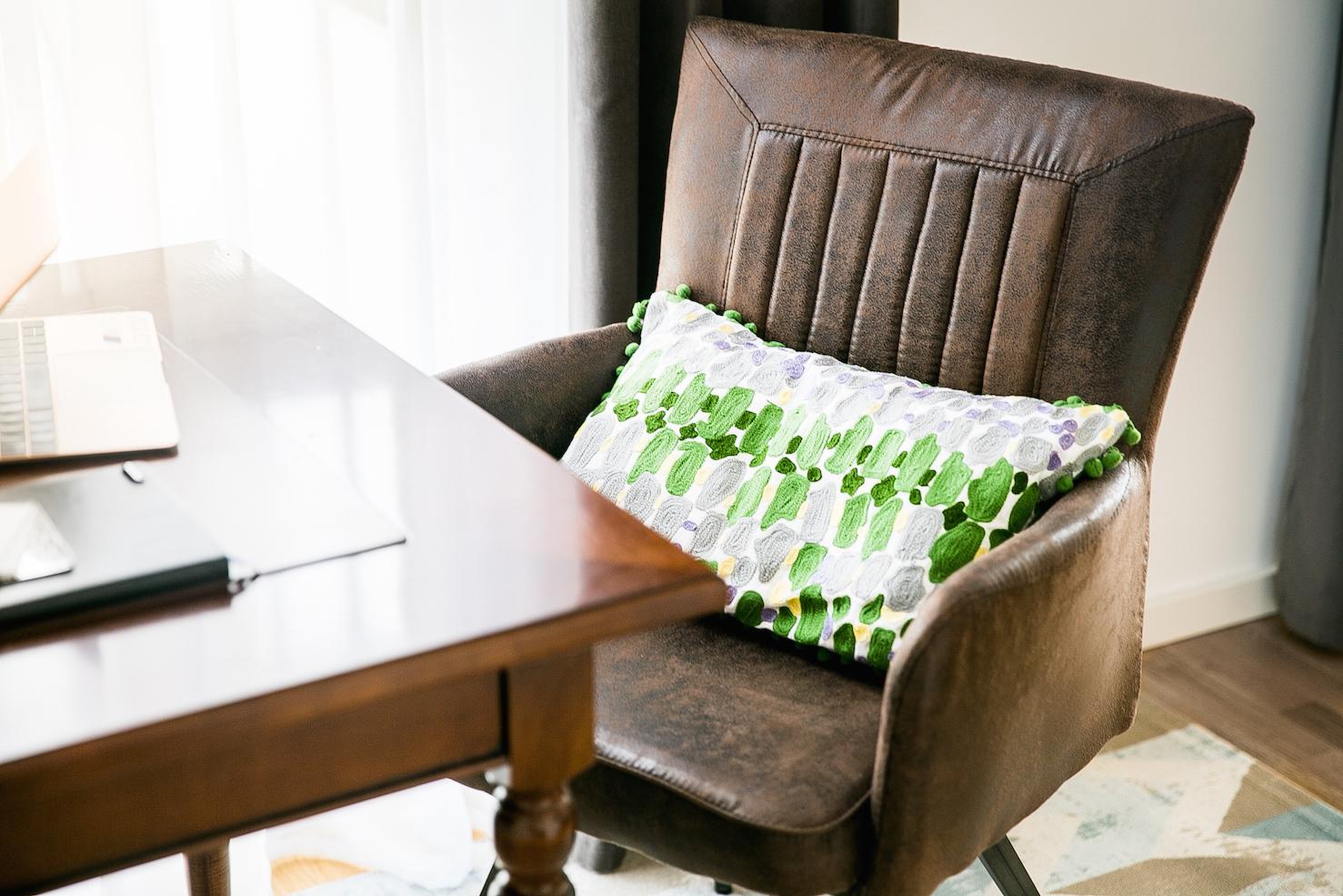 den arbeitsplatz harmonisch ins wohnzimmer integrieren pepper and gold. Black Bedroom Furniture Sets. Home Design Ideas