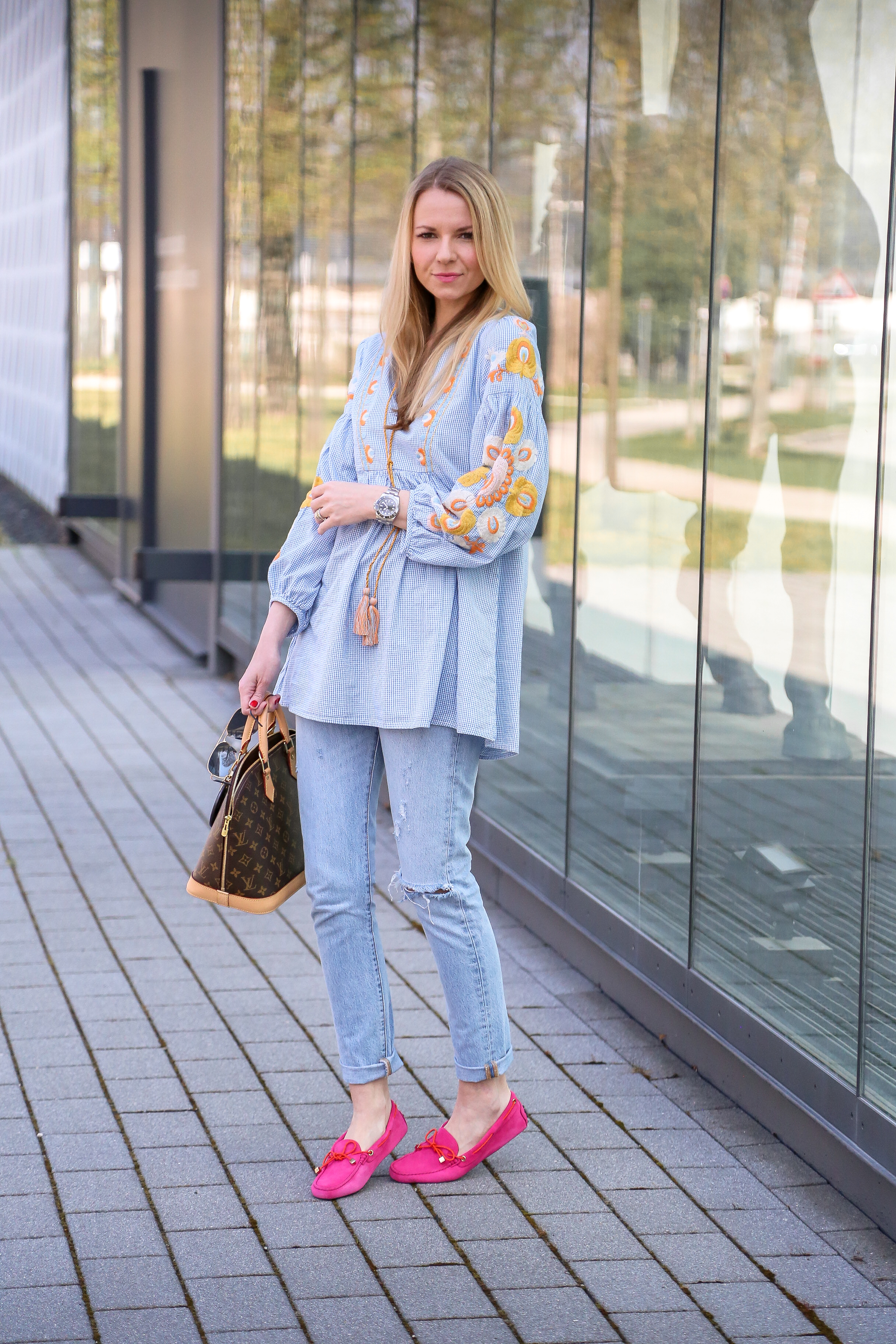 Outfit mit bestickter Tunika und Tod´s Loafer Levis Jeans Denim Jennifer PepperAndGold Fashion Outfit Mode Zara LouisVuitton LV LVOE Porsche Design