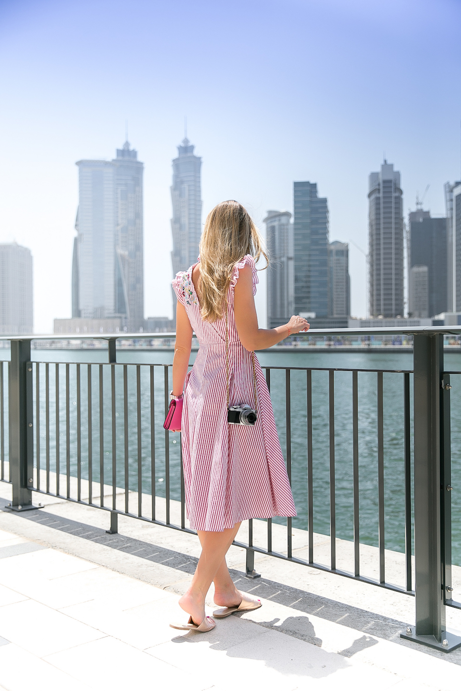 Gestreiftes Hemdblusenkleid mit Blumenstickerei am Dubai Canal Zara Fashion Mode Lifestyle Gucci Kleid Dress Olympus Jennifer PepperAndGold Outfit