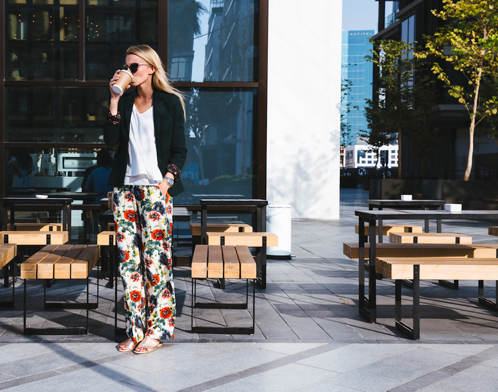 Blazer kombinieren: lässig zur Hose mit Blumenprint Blazer Blazer kombinieren Fashion Flower print Herbst 2017 Hose Blumenmuster Dubai Outfit Herbst Jennifer Outfit Mode Fall Autumn
